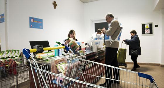 Volontariato in Emporio, tra un cespo d'insalata e un quaderno per la scuola